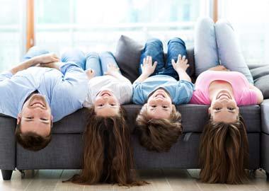 Børnefamilie ligger på ryggen i sofa