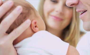 Nyfødt baby med mor og far