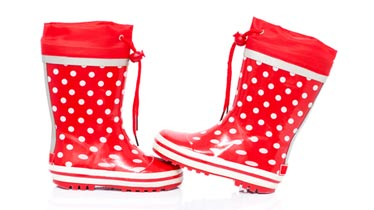 røde gummistøvler med hvide prikker