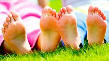 bare børnefødder i græsset