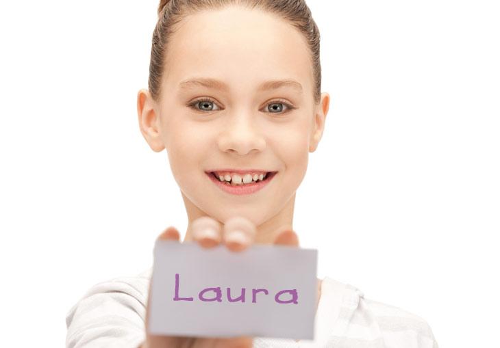 Pige med Laura navneskilt