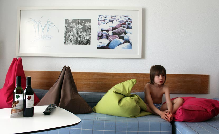 Træt dreng i sofa