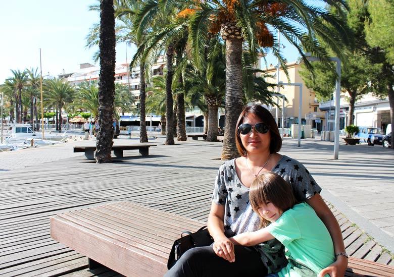 Leo og mamma ved havnen i Port d'Alcudia