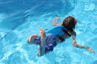 Loe svømmer med hajfinne