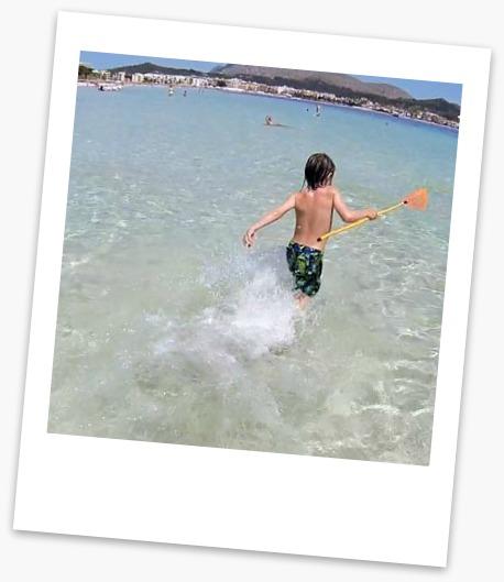 Dreng bader i havet ved Alcudia stranden