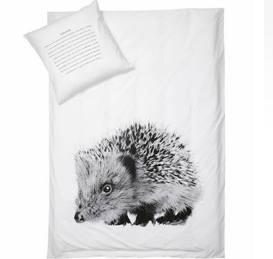 sengetøj med pindsvin motiv