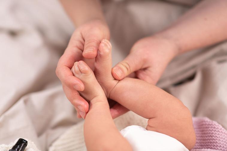 mor holder babys fødder