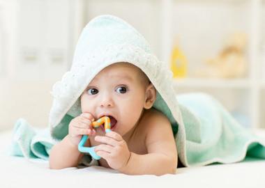 Baby med håndklæde og biderangle