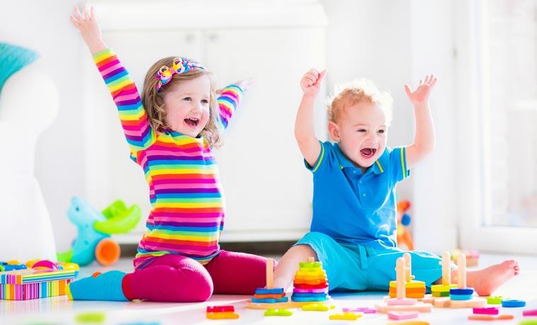 Børn deler legetøj