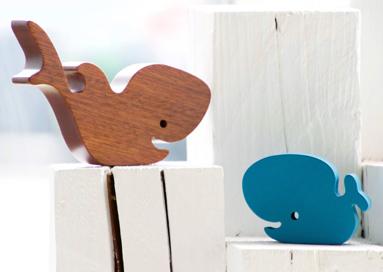 Blå og brun hval skåret i træ