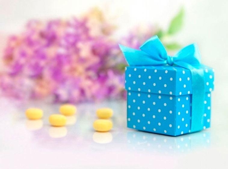 blå favourbox med hvide prikker