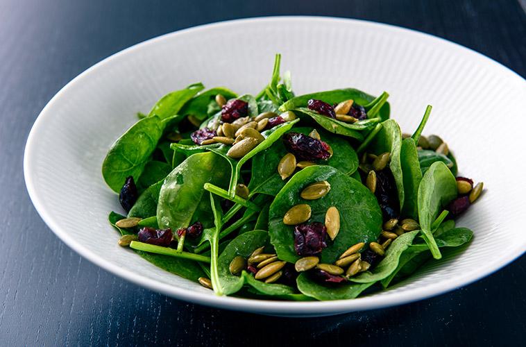 babyspinat salat soltørrede tranebær