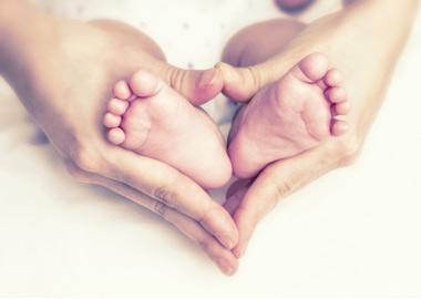 babyfødder og hænder