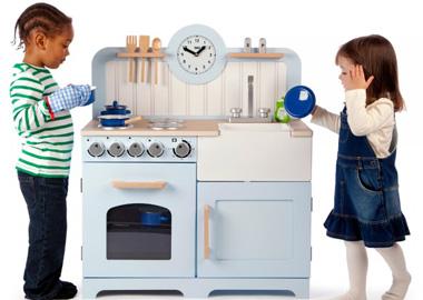 Pige og dreng med legekøkken