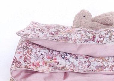 kanin ligger på sengetøj