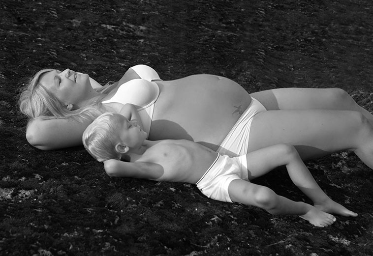 gravid kvinde og barn på mark