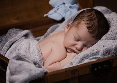 Nyfødt baby der sover