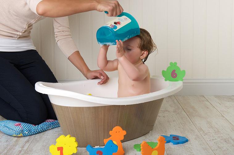 baby får vasket hår med shampoo rinse cup