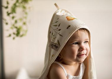 Baby med håndklæde på hovedet