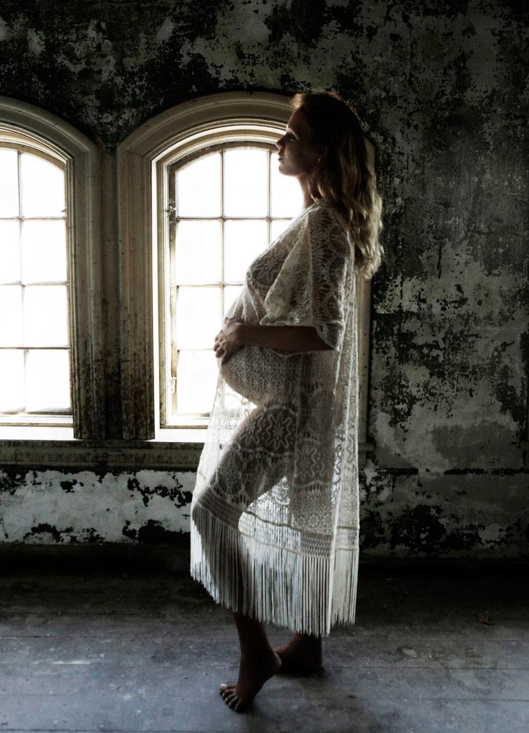 gravid kvinde i gennemsigtig kjole