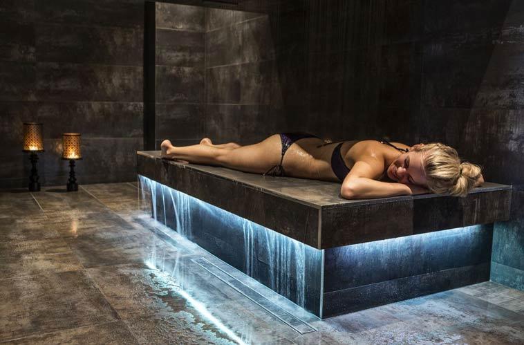 kvinde får horizontal shower