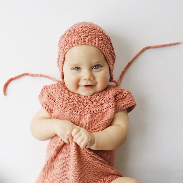 baby i strikket kjole