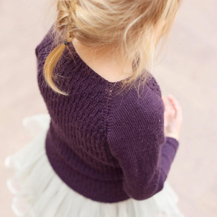 pige i strikket lilla bluse
