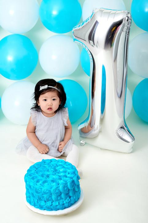 lille pige med 1 tal ballon