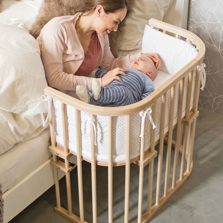 Tremmeseng med 3 sider så baby kan ligge helt tæt på jeres seng