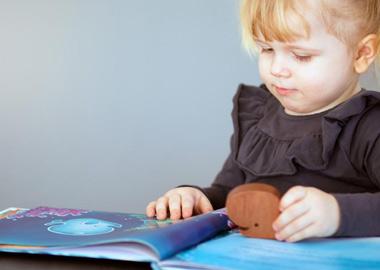 Pige læser i børnebog